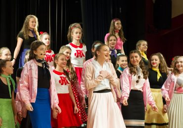 Grease_girlschorus